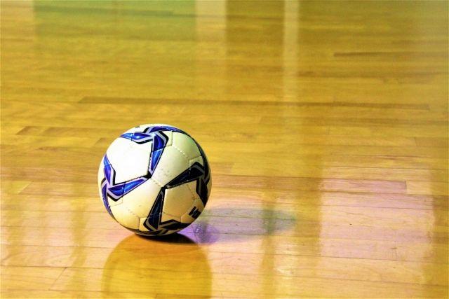 体育館の床に置かれたハンドボールのボール