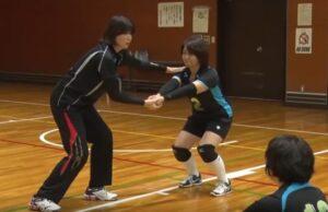 レシーブの姿勢をしどうする江上由美