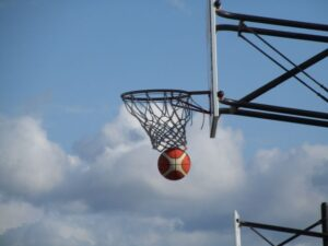 バスケットボールゴールの瞬間の画像